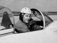 Na archívnej snímke z roku 1948 dvadsaťpäťročný skúšobný pilot Charles E. Yeager pózuje v kokpite stíhačky.