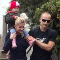 Dara Rollins s priateľom Matějom Homolom a dcérkou na prechádzke.
