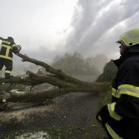 Hasiči odstraňujú škody po smršti