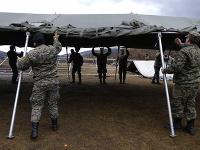 Armáda postavila pre migrantov z vyhoreného tábora stanové príbytky