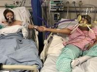 Matka Maria Rico (vľavo) a dcéra Anabel Sharmaová sa držia za ruky na jednotke intenzívnej starostlivosti Kráľovskej nemocnice v Leicesteri