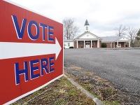 Nápis na ulici usmerňuje voličov do volebnej miestnosti zriadenej v miestnom kostole počas hlasovania v druhom kole volieb do Senátu v americkom štáte Georgia v meste Dawnville