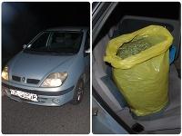 Mladík vo svojom aute viezol drogy