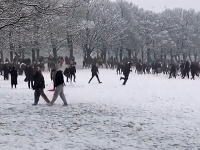 V januári si dopriali stovky ľudí guľovačku v parku v Leedse.