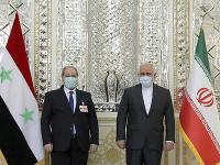 Iránsky minister zahraničných vecí Mohammad Džavád Zaríf (vpravo) a jeho sýrsky rezortný partner Faisal Mikdád počas stretnutia v Teheráne
