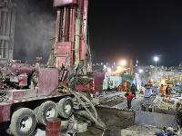 Na povrchu pracujú ľudia, aby baníkov z bane vytiahli