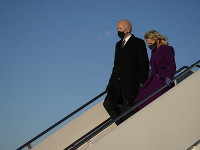 Budúci prezident Spojených štátov Joe Biden pricestoval do hlavného mesta Washington. Na snímke s manželkou Jill.