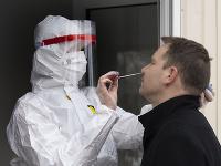 Na snímke zdravotník odoberá vzorku z nosa počas testovania na ochorenie COVID-19