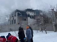 Dym stúpa z horiaceho súkromného domova pre seniorov v ukrajinskom meste Charkov