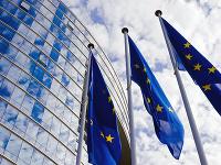 Vlajky EÚ pred budovou EK.