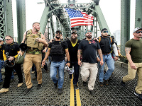 Na archívnej snímke zo 17. augusta 2019 členovia ultranacionalistického pravicového zoskupenia Proud Boys (Hrdí chlapci), vrátane organizátora Joea Biggsa (tretí sprava).