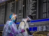 Ľudia na letisku v nemeckom Frankfurte