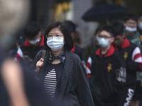 Ľudia s ochrannými rúškami na Taiwane