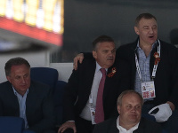 Na snímke zľava je ruský miliardár a šéf Rady ruskej hokejovej federácie Arkadij Rotenberg