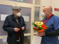 Milan Lasica dostal od personálu nemocnice kvety k narodeninám.