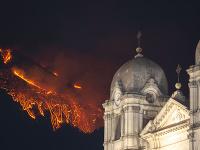 Sopka Etna opäť chrlila lávu a popol