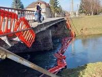 V Partizánskom sa z mosta na ceste I. triedy odtrhlo zábradlie a spadlo do rieky