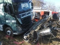 Pri nehode došlo k zrážke osobného vozidla s kamiónom