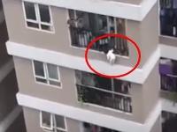 Dieťa tesne pred pádom preliezlo zábradlie balkóna.