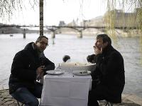 Emmanuel (vľavo) a Martin fajčia cigaru počas improvizovaného obeda na brehu rieky Seina v Paríži