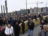 Stovky ľudí vo Švédsku protestovali proti koronavírusovým opatreniam