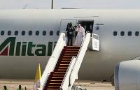 Pápež František máva zo schodov lietadla pri príležitosti ukončenie návštevy v Iraku na letisku v Bagdade
