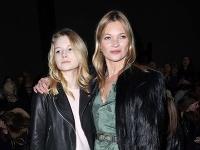 Kate Moss so svojou sestričkou Lottie v čase, keď bola ešte tínedžerkou.