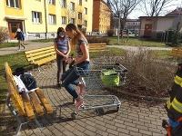 Mladá slečna uviezla v nákupnom vozíku.