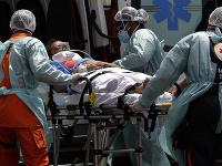 Nemocnice v Brazílii čelia náporu pacientov.