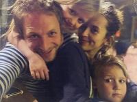 Tomáš Klus s manželkou Tamarou a deťmi.