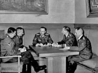 Franz Josef Huber (vľavo) s Nebem, Himmlerom, Heydrichom a Müllerom v roku 1939.