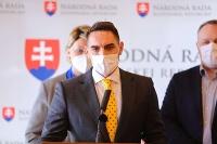 Napriek tomu, že je György Gyimesi iba poslancom Národnej rady, dostalo sa mu mimoriadnej cti. Namiesto maďarského diplomata sedel po boku Igora Matoviča na stretnutí v Maďarsku.