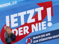 Žena prechádza okolo volebného plagátu strany Alternatíva pre Nemecko (AfD)