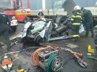 Pri nehode došlo k zrážke dvoch osobných motorových vozidiel a kamióna