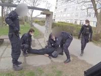 Mladíka zadržala polícia v neďalekom parku.