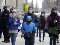 Poliaci sa na ulici chránia rúškami