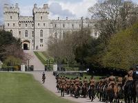 Členovia Kráľovského konského delostrelectva prichádzajú počas skúšky poslednej rozlúčky princa Philipa po chodníku Long Walk k Windsorskému zámku vo Windsore.