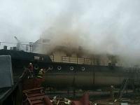 Ide o požiar vnútorného vybavenia starej rozoberanej lode – nepoužívaného remorkéra Lipno vytiahnutého na breh.