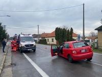 Pri zrážke troch vozidiel sa zranilo päť ľudí
