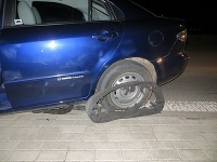 Muža v aute zastavili až policajné pásy.