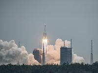 Štart rakety Long March 5B s vesmírnym modulom Tianhe.