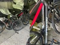 Dvojica zlodejov ukradla 4 bicykle z pivničných priestorov bytového domu v Ružinove