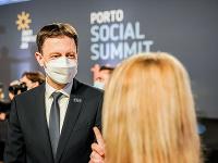 Premiér Eduard Heger počas sociálneho summitu EÚ v kongresovom centre Alfandega v portugalskom meste Porto