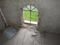 Vandali poškodili okná na Evanjelickom kostole vo Veľkej Lomnici