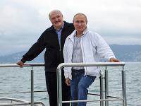 Vladimir Putin a Alexandr Lukašensko vo vzájomnom objatí