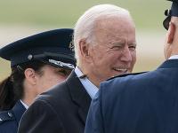 Na krku prezidenta USA Bidena pristála cikáda.