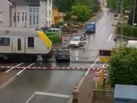 Obrázok zachytáva vlak rútiaci sa na auto.