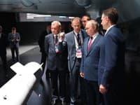 Vladimir Putin na obhliadke na aerosalóne.