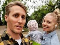 Matej Sajfa Cifra a Veronika Cifrová Ostrihoňová publikujú fotografie, kde ich dcéru Sáru nevidno do tváre.