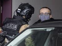 Na snímke exriaditeľ SIS Vladimír Pčolinský, ktorého privážajú na Špecializovaný trestný súd